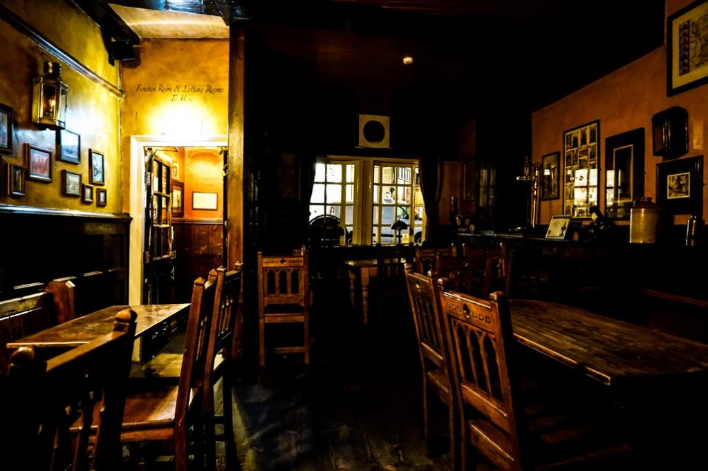 Bar in Golden Fleece Inn.
