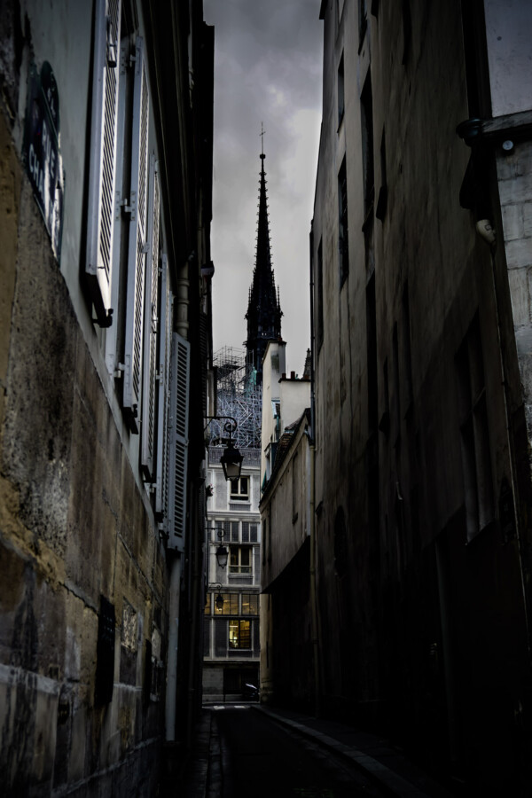 Rue Des Chantres and the Notre Dame Cathedral.